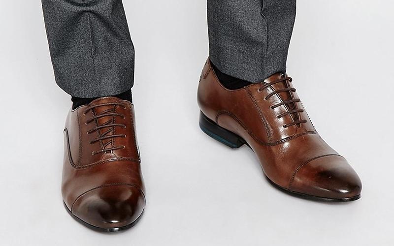С мужскими туфлями