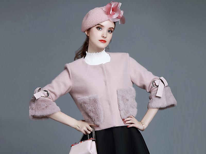 Особое внимание привлекает кардиган с меховыми карманами, отличающийся  изысканностью, мягкостью и невероятным комфортом. Детали из меха придают  роскошь, ... 1ae11d02fa7