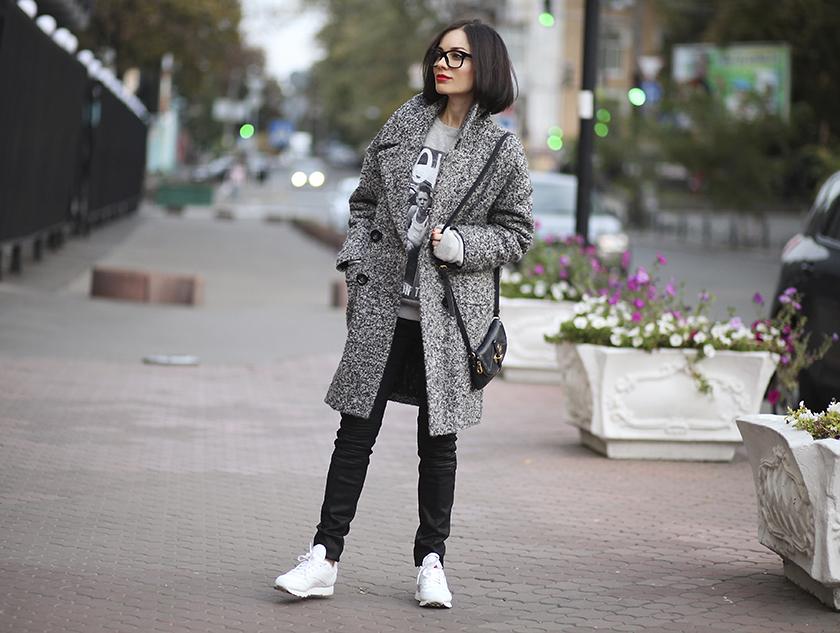 Мода пальто с кроссовками фото