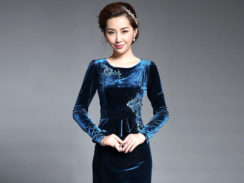 Платье с велюровой юбкой