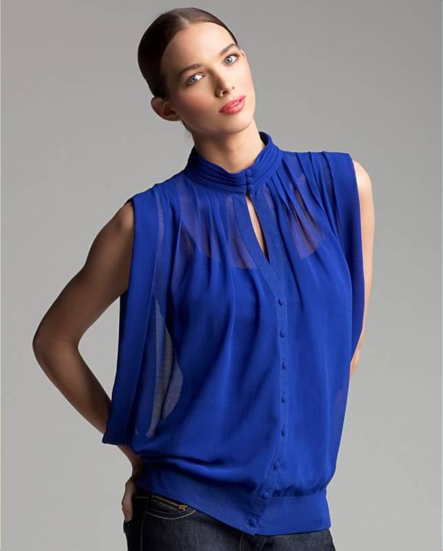 Ярко синяя блузка