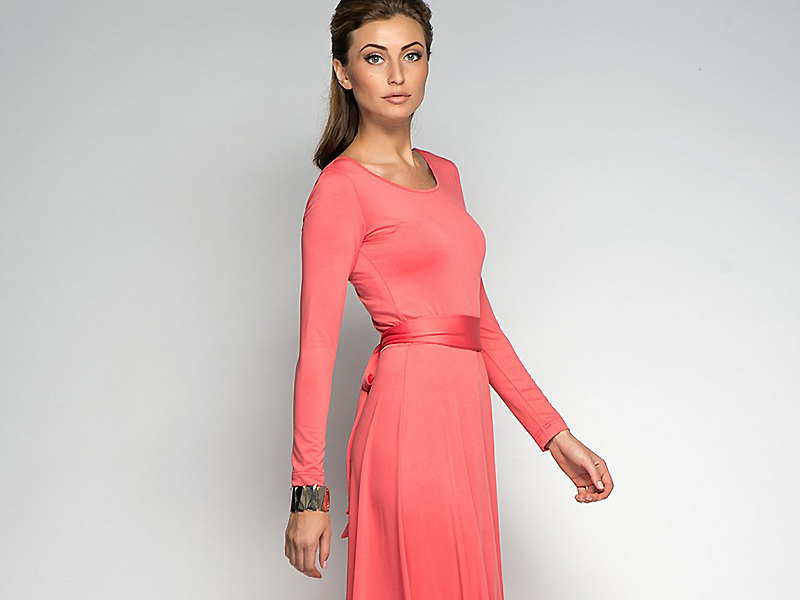 Коралловое платье для брюнеток