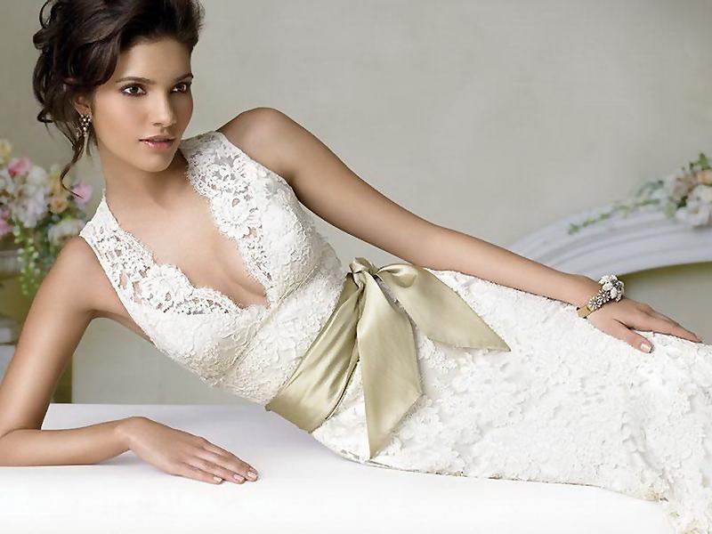 Красивый пояс к белому платью