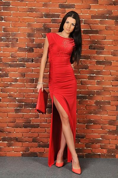 Длинное платье с разрезом на ноге