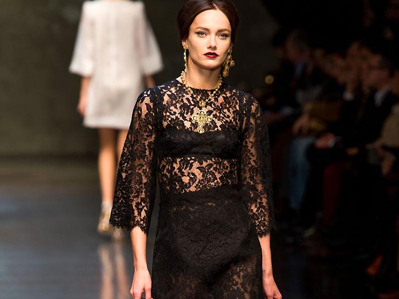 99c6727aa005 В современной моде кружева стали более доступными, и теперь универсальное  черное кружевное платье можно встретить не только на красных ...