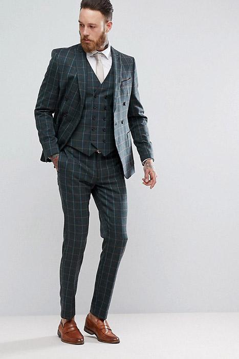 22e1cfd93247 В тренде костюмы, в которых цвет брюк и пиджака отличается. Например,  пиджак может быть украшен клеткой, а брюки остаются однотонными;
