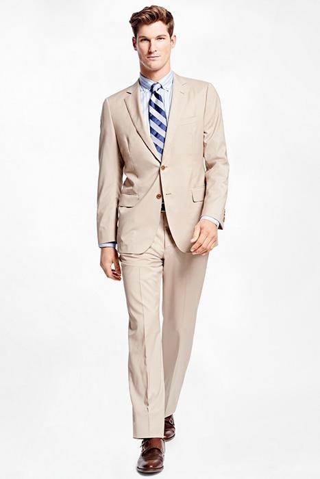 7f1ad3a580920 Светло-бежевый костюм оттенит загар, а комплект в темно-бежевом тоне  сделает образ более контрастным, особенно если облачиться в рубашку  отличного от ...