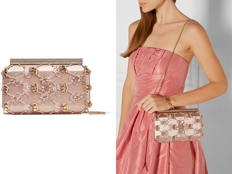 e0619ad86ac4 Выбирать цвет и оформление сумочки нужно с учетом вида вечернего туалета.  Если модница выбрала простое платье без декора, то клатч лучше подобрать  нарядный.