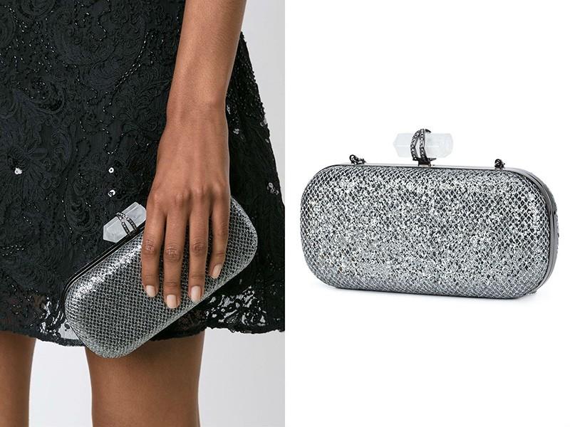 3ad010993b9f Вечерний серебряный клатч модели «Лилу» от Marchesa украшен стразами и  крупными, ограненными в форме конусов бесцветными кристаллами.