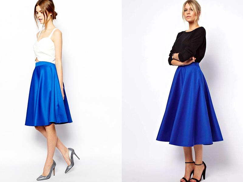 7d070437a98 Прекрасный повседневный вариант на лето – яркая цветочная майка любой  расцветки, синяя короткая юбка, обувь и сумочка персикового оттенка.