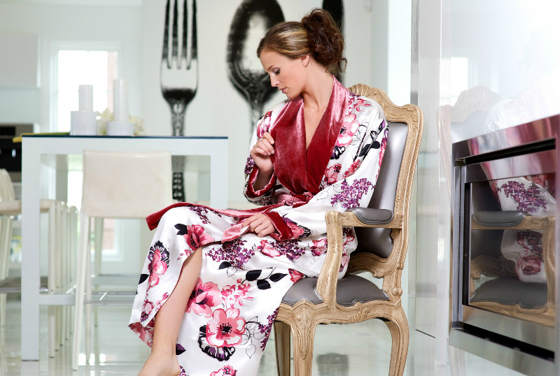 Женский шелковый халат позволит выглядеть соблазнительно даже дома | Мода  от Кутюр.Ru