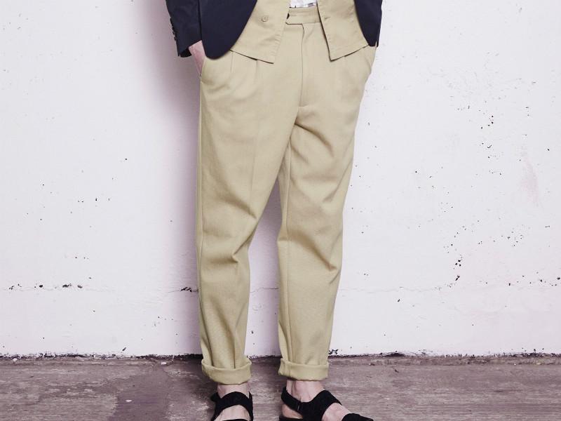 b1ed1e8cf40 Выглядят мужские брюки бананы стильно и экстравагантно. Они представляют  собой округлые в бедрах изделия со складками на талии