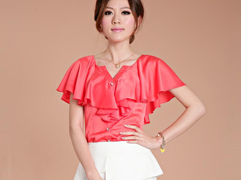 a02873e7b96 Красивая атласная блузка особенно нарядна за счет свойств материала