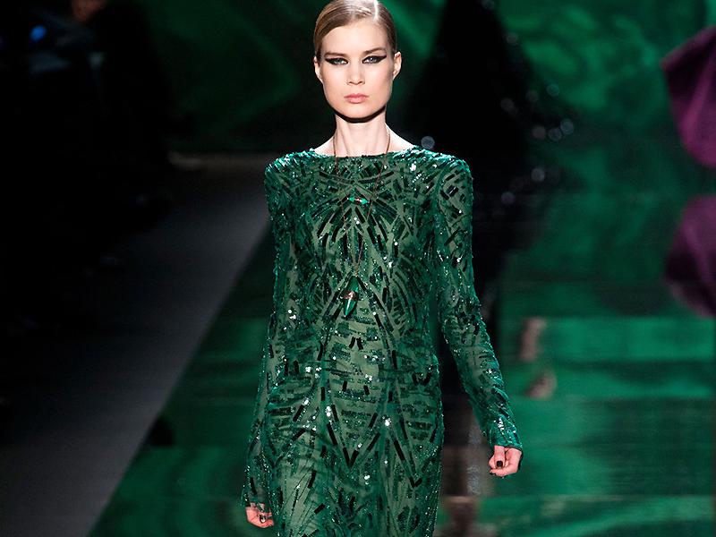 4c70a647244 ... И вот на подиумах уже уверенно зашагало изумрудное платье с его  роскошью и насыщенностью оттенка. Такой цвет предпочитает королева Англии  Елизавета