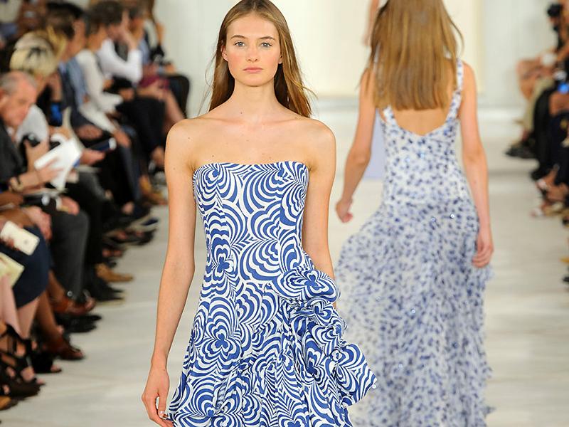 769fd4c4b20 Платье с открытыми плечами стало популярным практически мгновенно. Сегодня  ни одна коллекция высокой моды не обходится без одежды с таким дизайнерским  ...