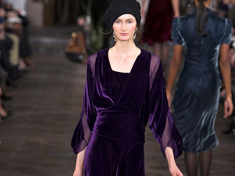 Фасоны платьев из панбархата (фото). модели футляр, асимметричное, с пышной юбкой, с бретелями, с открытой спиной.