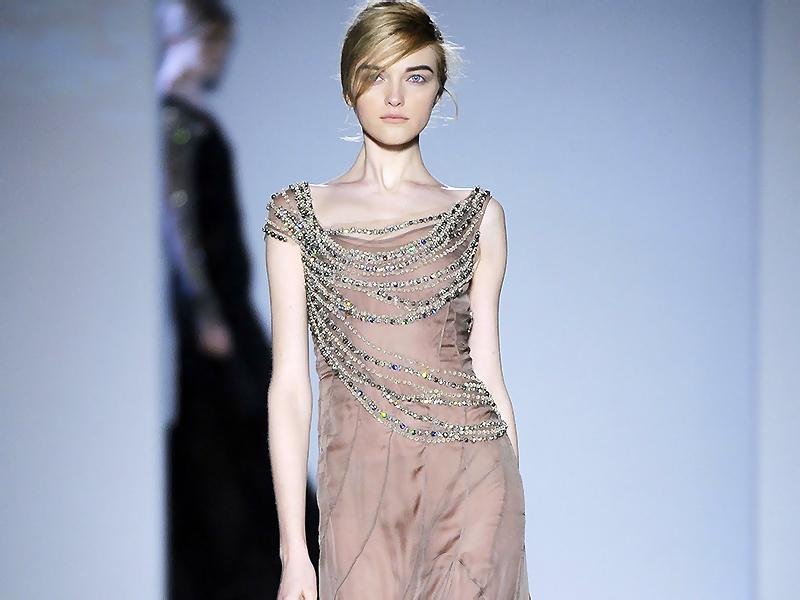 f169e1501917789 Настоящие камни и бриллианты стоят дорого, позволить их себе может далеко  не каждая девушка. Зато платье расшитое камнями украсит на празднике любую  ...