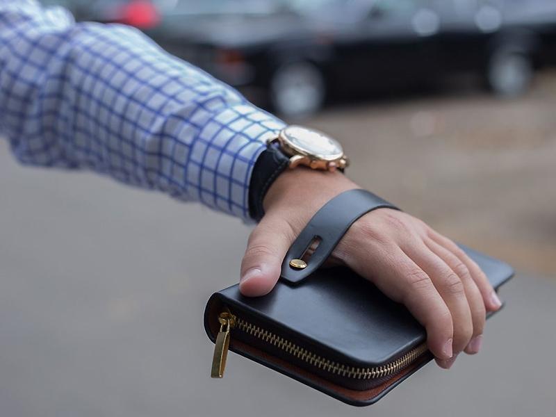 1656a6253446 Стильный кожаный мужской клатч – это непросто статусный аксессуар, но  весьма функциональная вещь. Ведь в этой небольшой сумочке можно держать  наличные ...