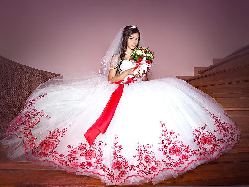 519b7d0278e1dd5 Свадебное платье с красным поясом – яркий акцент любой невесты ...