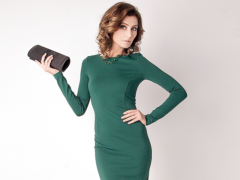 2e5f2b77066 Сшитое из красивой ткани изумрудного или другого яркого оттенка платье- футляр – это отличный выбор для похода в театр