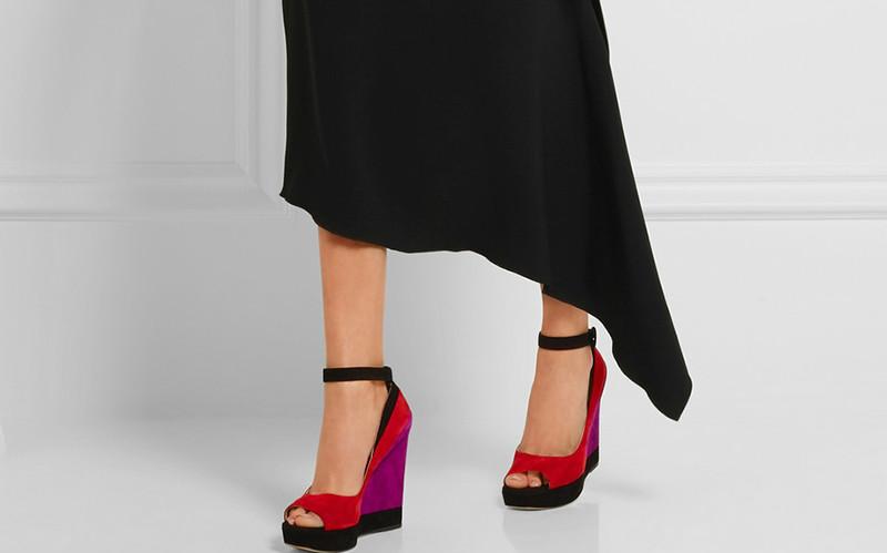 17d4bdec1 Оставаться стильной и женственной девушкам помогут замшевые туфли на  танкетке. Мягкая бархатистая замша выглядит нарядно, а удобная танкетка не  позволит ...