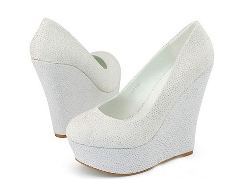 df62ed89d Таким образом, белые туфли на танкетке – это отливный выбор обуви для лета.  Такая модель достойна того, чтобы пополнить гардероб девушек, ...
