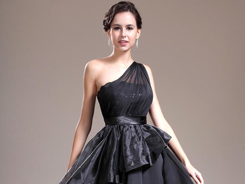 28f2cc477c2683b А черное коктейльное платье – это сексуальность, неповторимый шарм и стиль.  Оно способно обезоружить мужчин и заставить их думать только о вас.